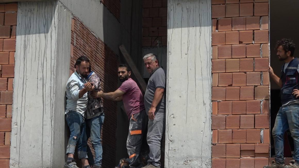 11 kattan düşerek ölen babasının başında gözyaşları döktü