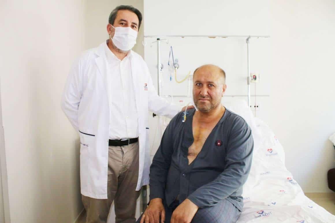 53 yaşındaki hastaya 8 santimetrelik kesi ile kalp ameliyatı