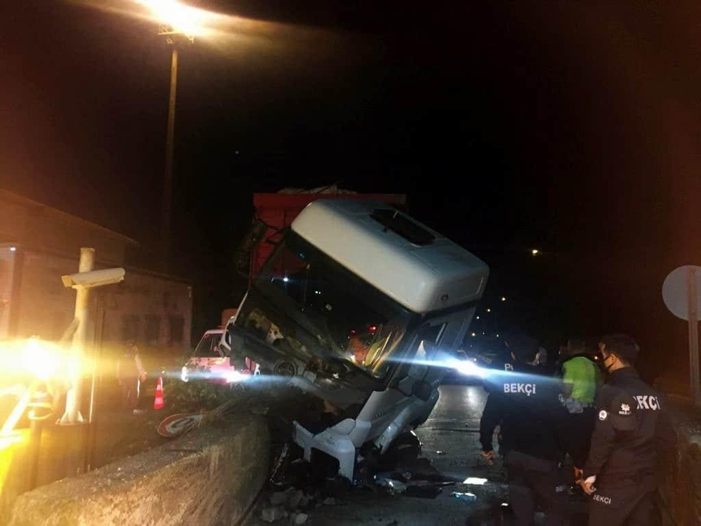 Alkollü kamyon sürücüsü otoyol gişelerindeki beton bariyere çarptı, araç hurdaya döndü
