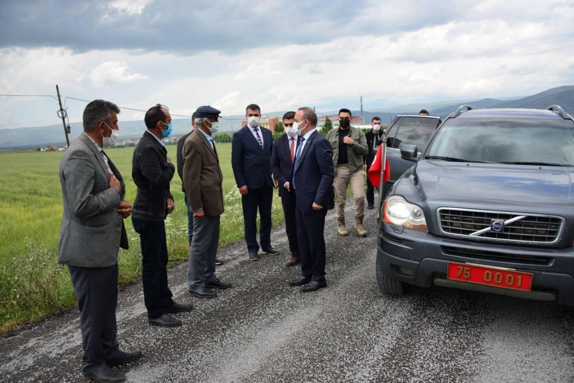 Ardahan köy yollarında sathi kaplama asfalt çalışmaları devam ediyor