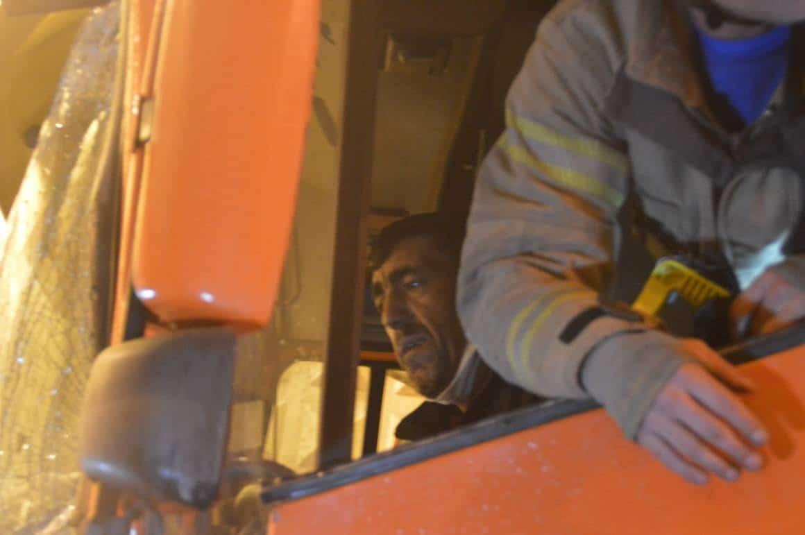 Bayrampaşa'da zincirleme kaza: Sıkışan tır sürücüsünü itfaiye ekipleri kurtardı