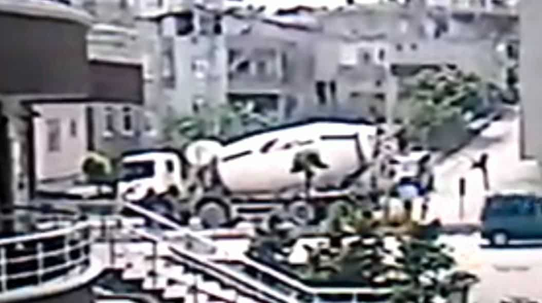 Beton mikseri sürücüsünün öldüğü kaza kamerada