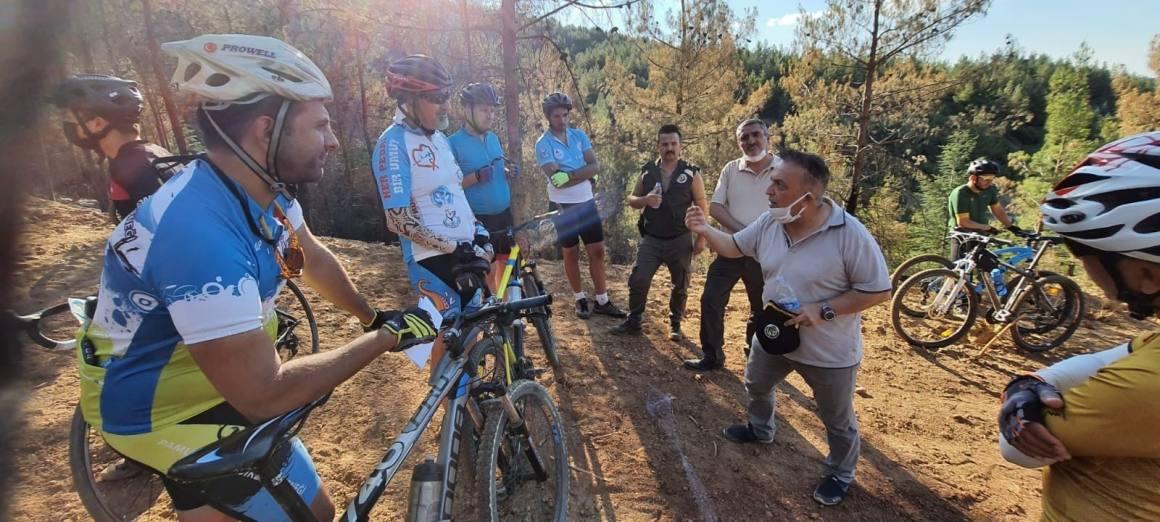 Bisiklet tutkunları yanan orman alanlarını gezdi