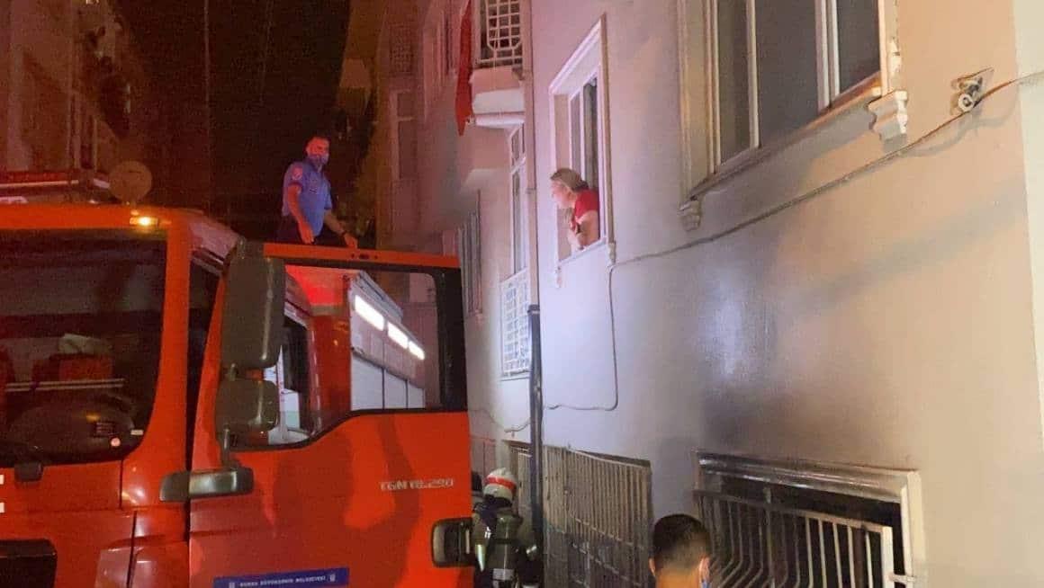 Bursa'da 6 katlı apartmanda çıkan yangında 3 kişi dumandan etkilendi