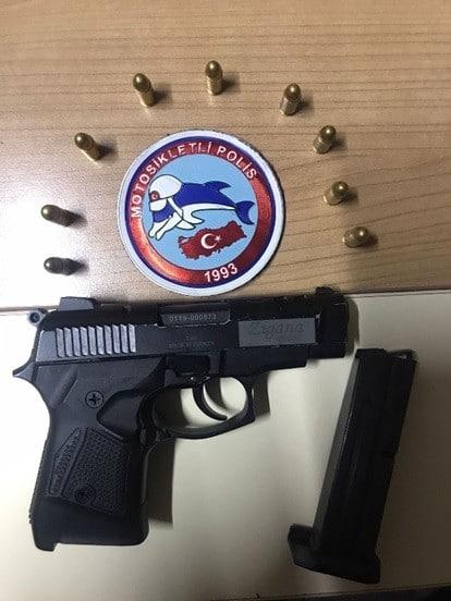 Çöp kovasına sakladığı tabanca polislerin dikkatinden kaçmadı