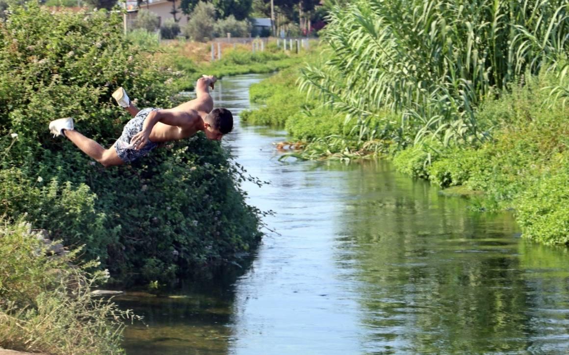 Denize evleri uzak kalan gençlerin tehlikeli kanal serinliği