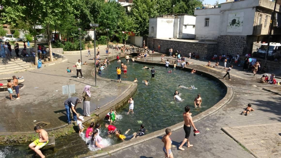 Diyarbakır'da sıcaktan bunalan çocuklar süs havuzlarını doldurdu