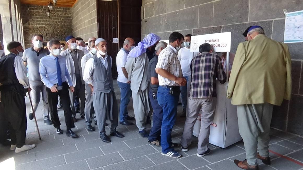Diyarbakır'da vatandaşlar randevusuz aşı olmak için sıraya girdi