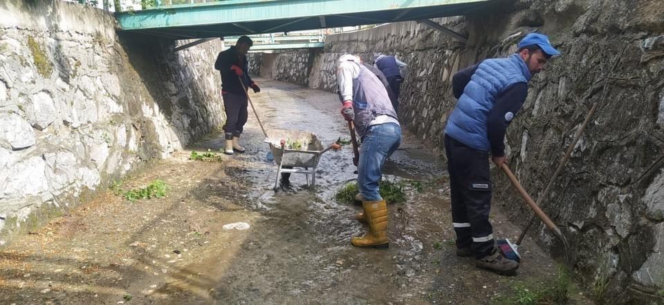 Dodurga'da açık kanalın temizlik çalışmaları yapılıyor