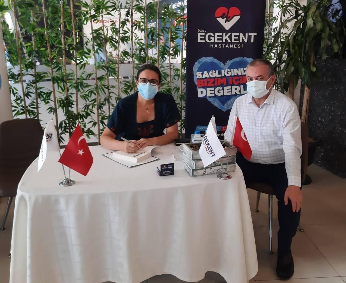 Doktorun Covid-19 hastalarını anlattığı kitabına Egekent'te yoğun ilgi