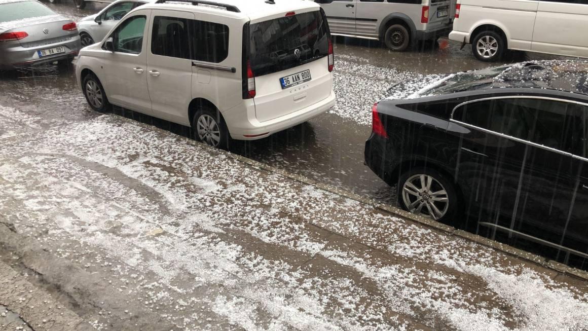 Dolu yağışı her yeri beyaza bürüdü