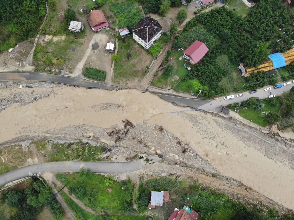 Düzce'de 4 ayrı bölgede yollar çöktü