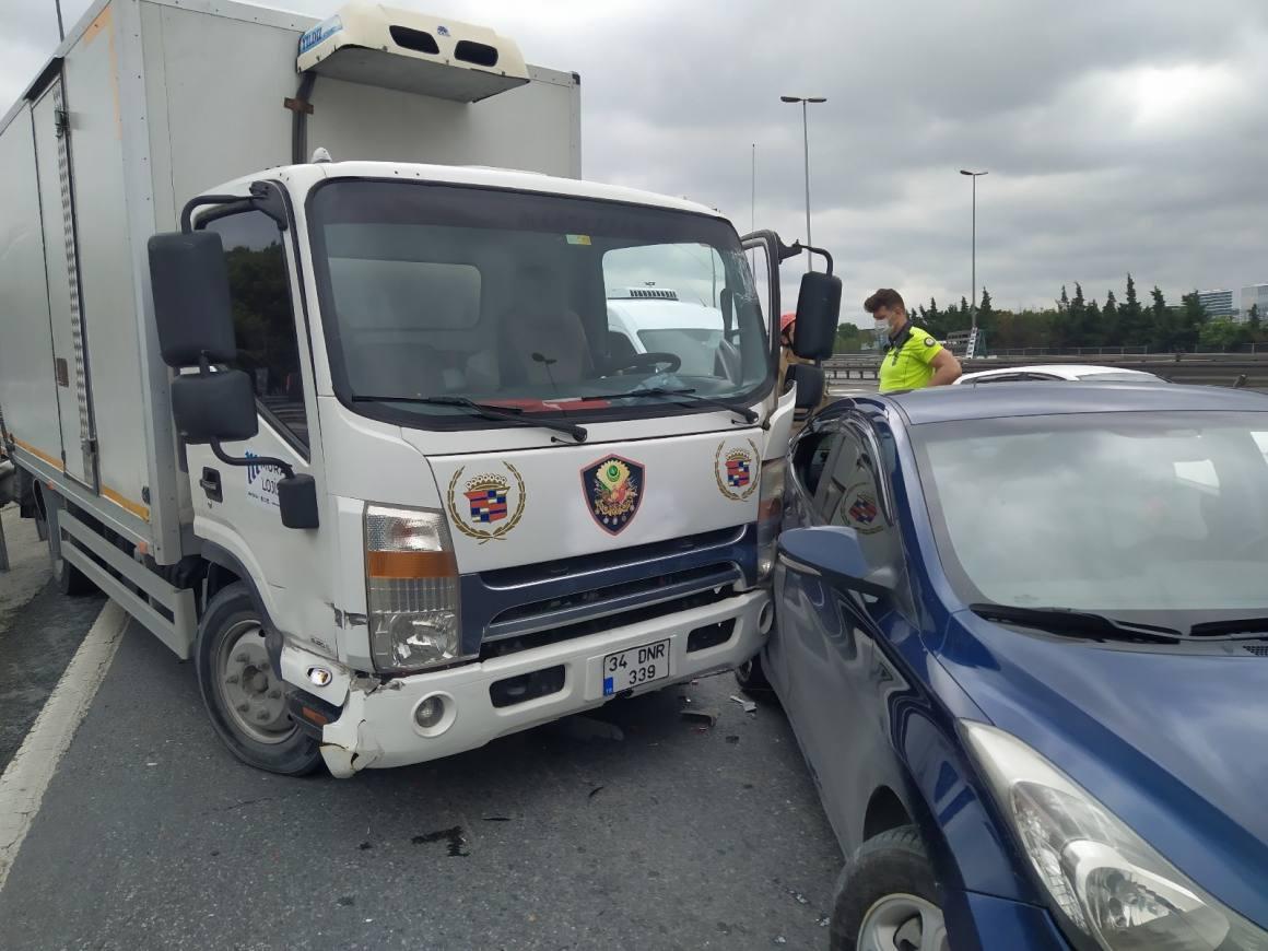 E-5'te sürücüsü telefonla konuşan kamyonet otomobile çarptı: 2 yaralı