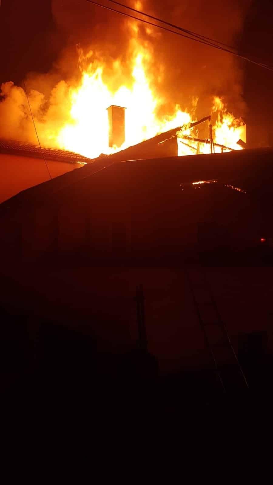Evin çatısında çıkan yangın büyümeden söndürüldü