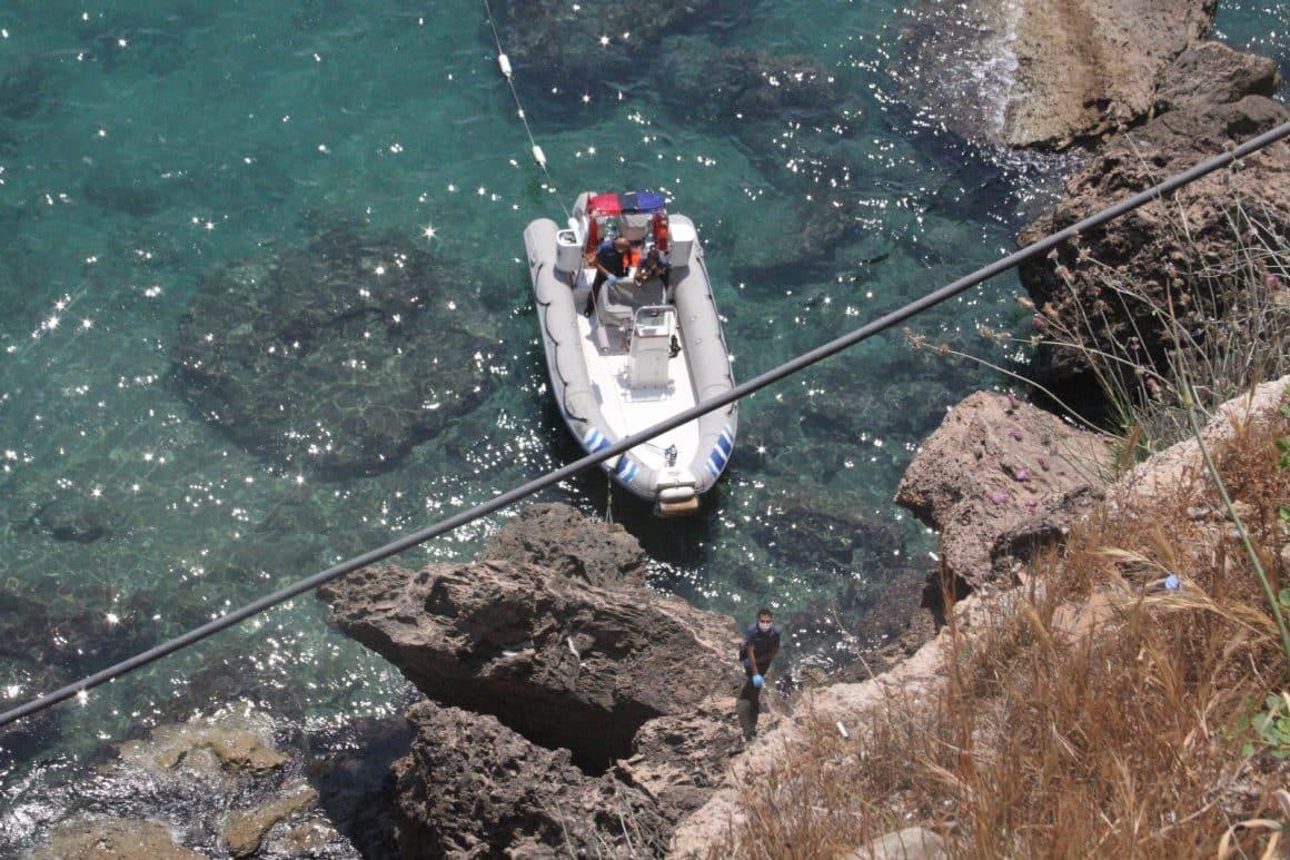 Falezlerde kimliği belirsiz erkek cesedi bulundu, vatandaşlar yüzmeye devam edip canlı yayın yaptı