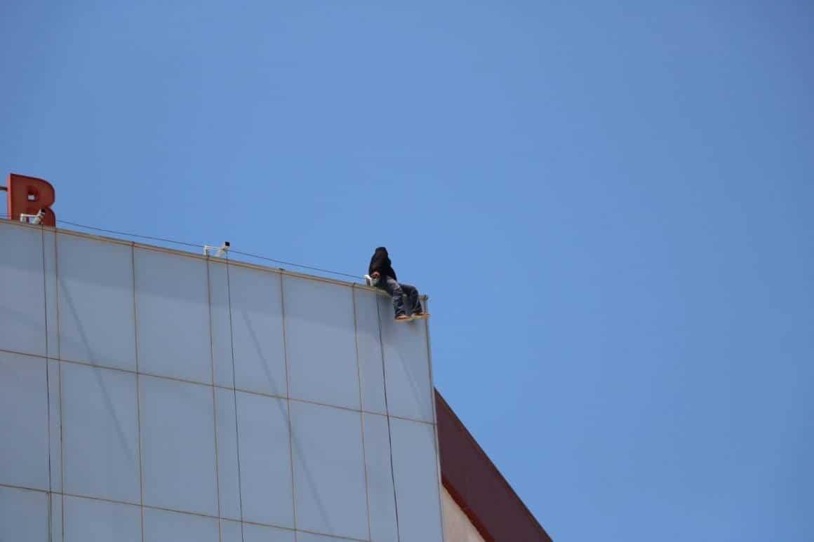 Hastanenin çatısına çıkan genci polis ikna ederek aşağı indirdi