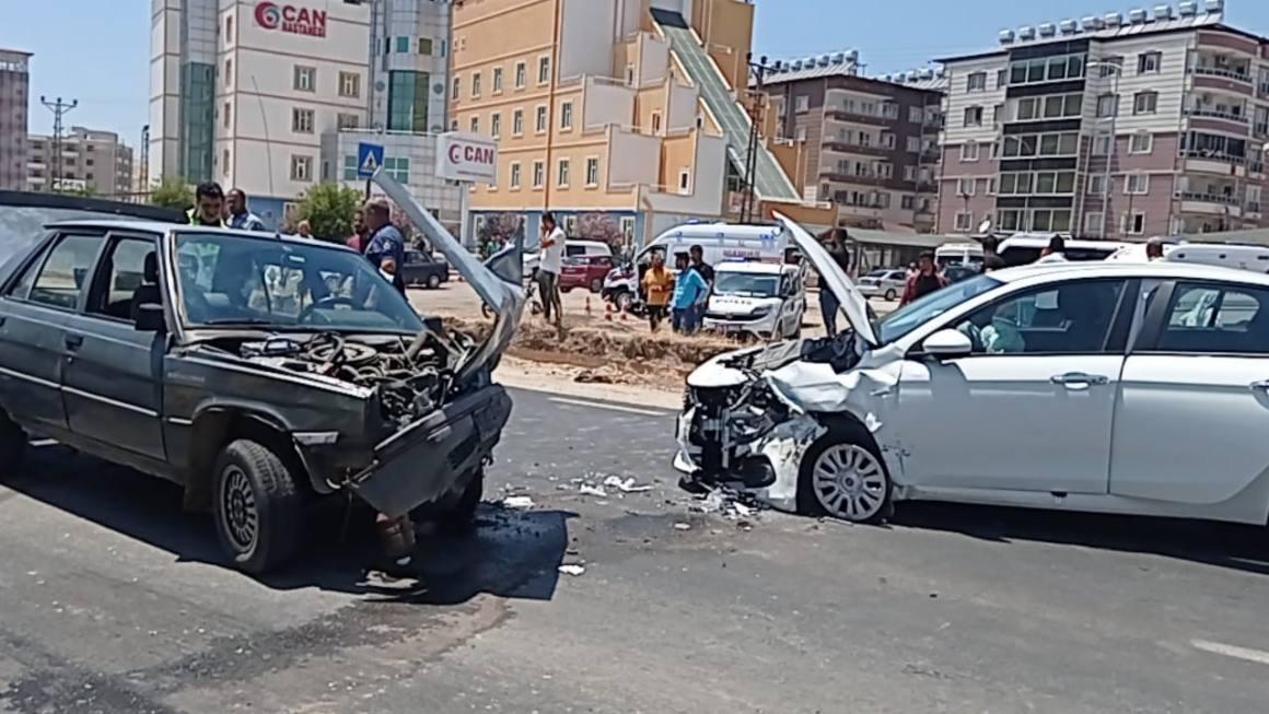 Hatay'da iki otomobil kafa kafaya çarpıştı: 4 yaralı