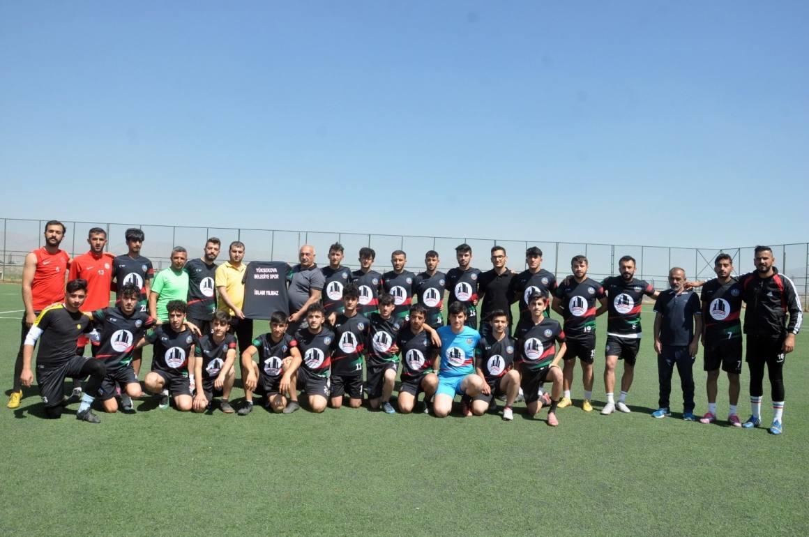 İş adamı Yılmaz'dan Yüksekova Belediyespor futbolcularına forma