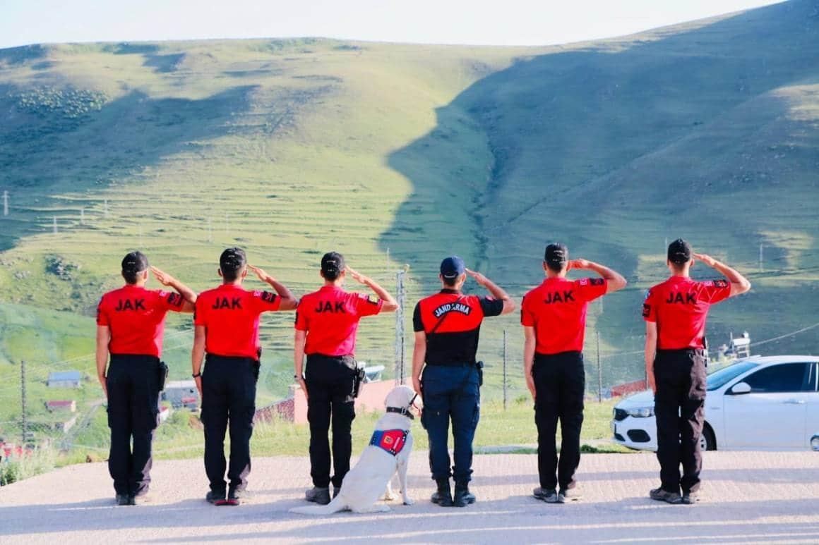 Jandarma, Ata'nın siluetine selam durdu