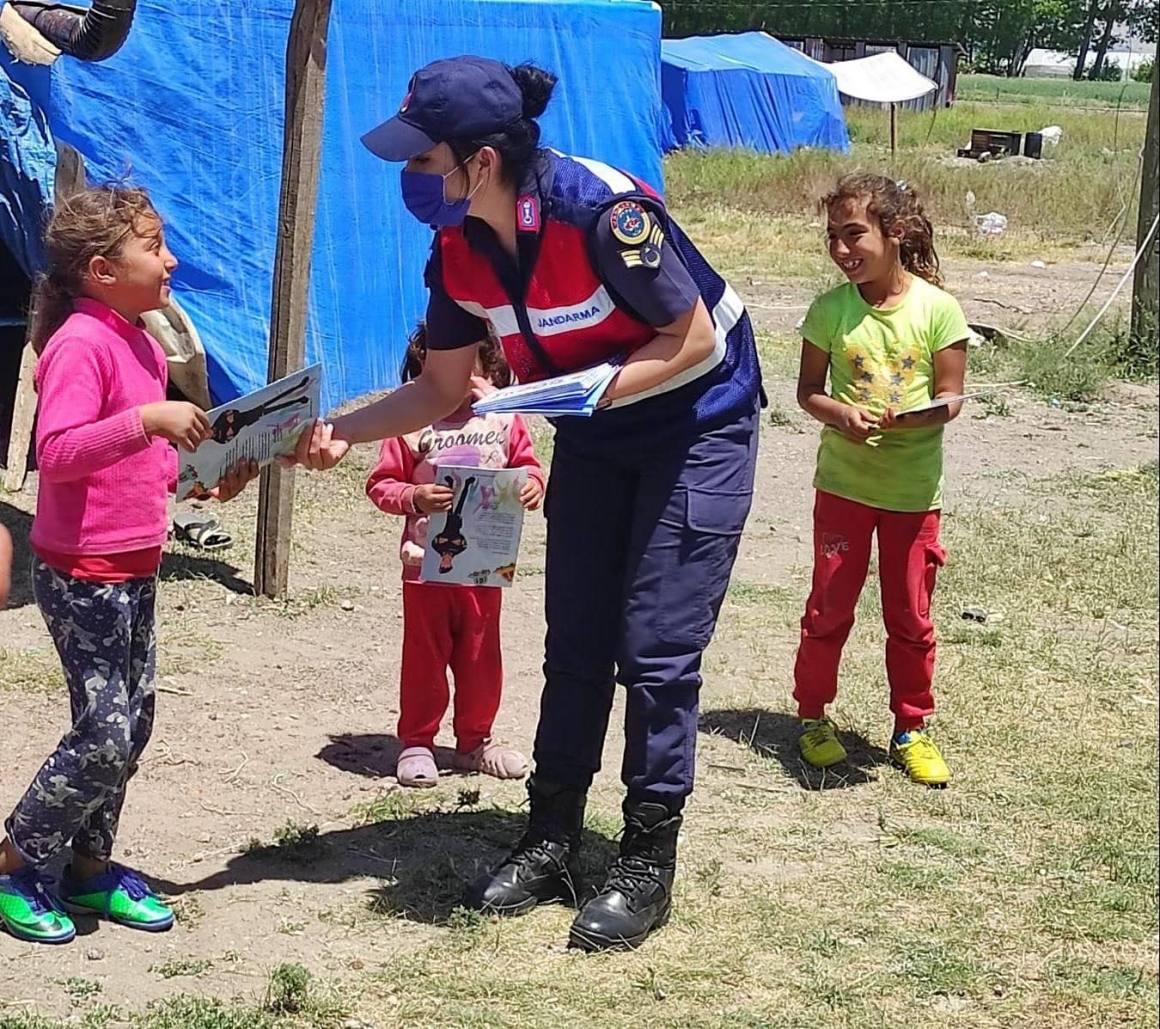 Jandarma hem kadınları bilgilendirdi, hem çocukları sevindirdi