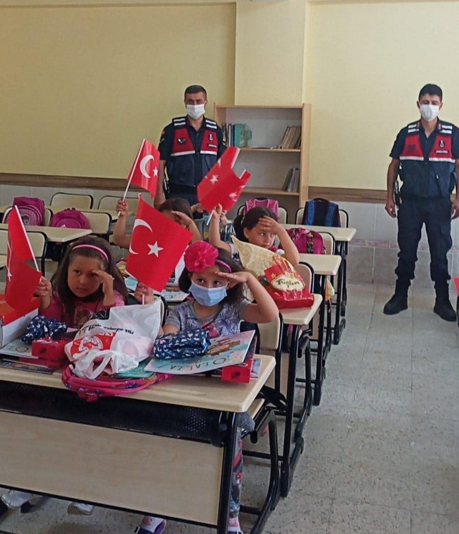 Jandarmadan minik öğrencilerin gönüllerine dokunduracak örnek davranış