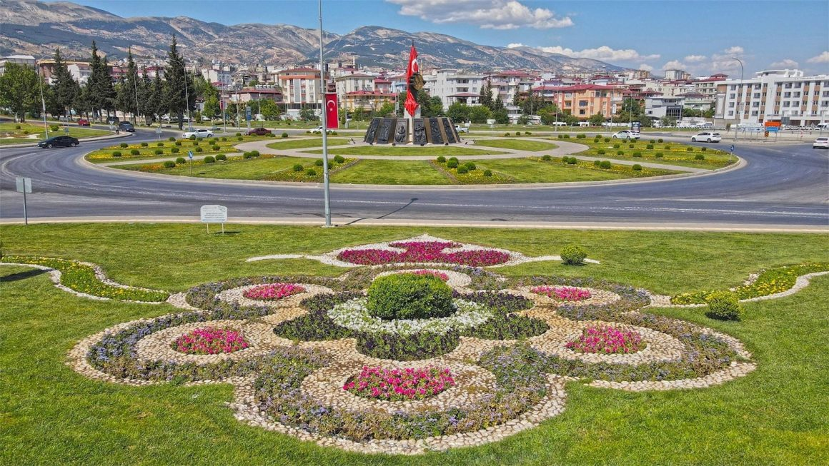 Kahramanmaraş'ta kavşaklar çiçeklerle renklendi