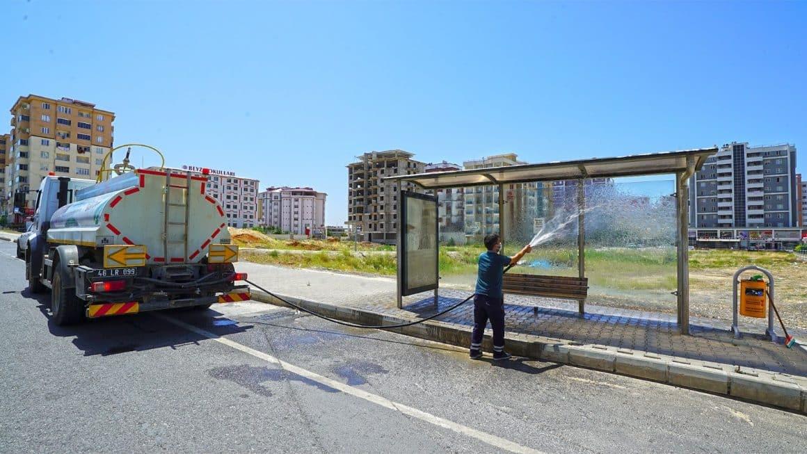 Kahramanmaraş'ta otobüs durakları temizlendi