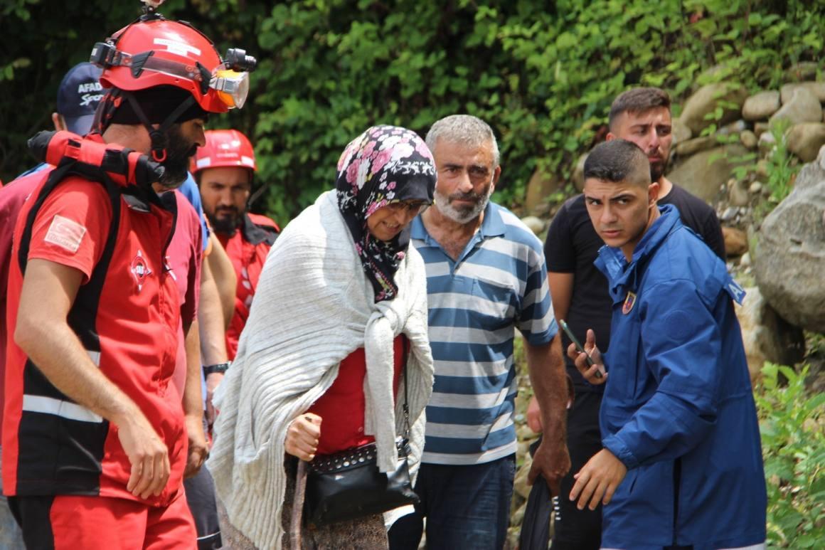 Kepçe kovası ile kurtarılan vatandaşlar: 'Bu rezillik bizi mahvetti'