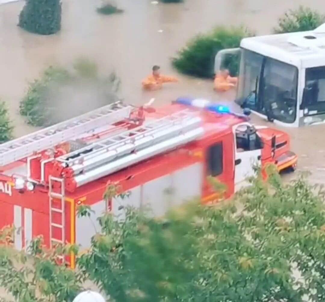Kırım Valisi sel basan sokakları botla gezdi, ekipler 'yüzerek' eşlik etti