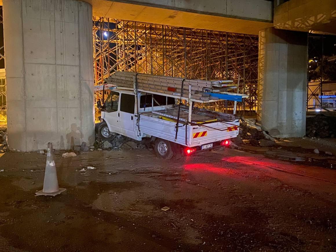 Kontrolden çıkan kamyonet viyadük inşaatına daldı: 4 yaralı