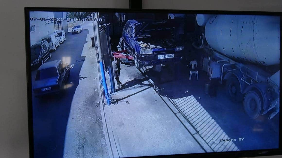 (ÖZEL) Otomobilin camından kurşun yağdırdı, işyerindekiler kaçacak yer aradı