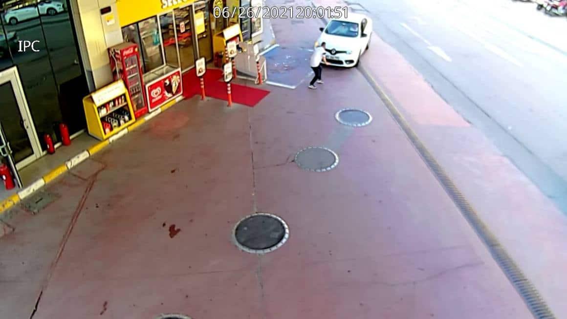 (ÖZEL) Zeytinburnu'nda benzin istasyonunda gazeteciye çarparak kaçan araç kamerada