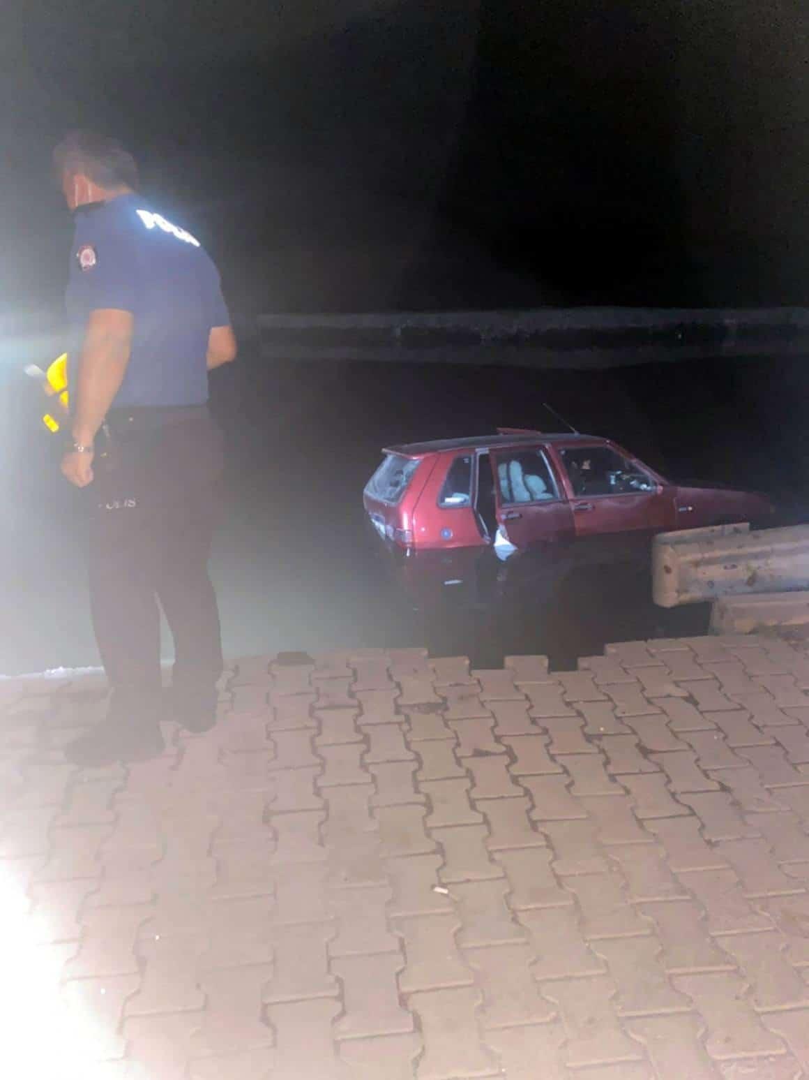Otomobil kanala düştü: 2 yaralı