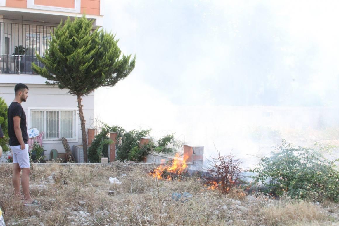(Özel) Boş arazide yangın paniğe sebep oldu