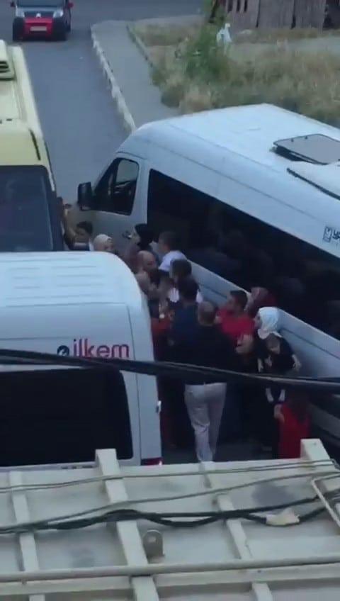(Özel) Düğün konvoyunu bırakıp minibüs şoförünü dövdüler