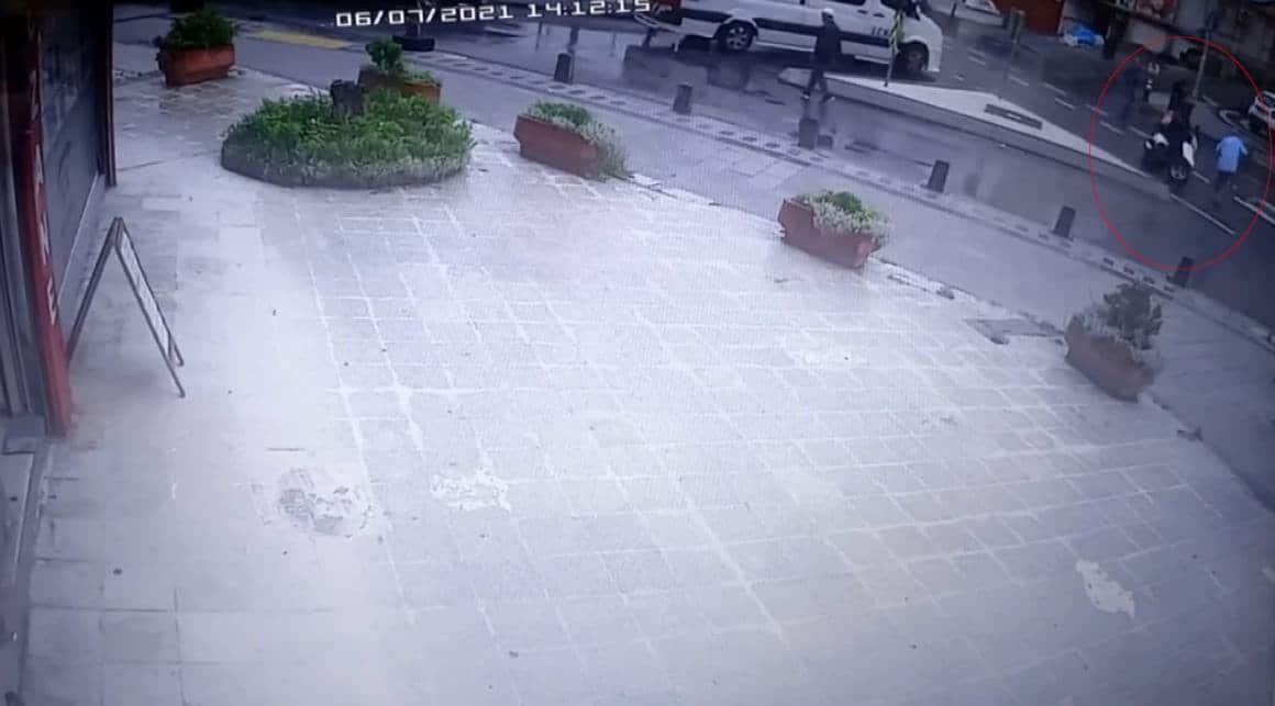 (Özel) Maltepe'de, motokuryenin çarptığı yaşlı adamın metrelerce savrulduğu kaza kamerada