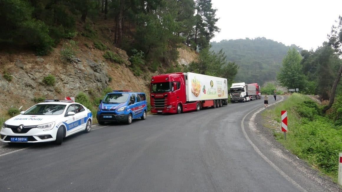 Şasisi kırılan TIR ulaşımı durdurdu, 11 saattir kapalı olan yolda 10 kilometrelik kuyruk oluştu