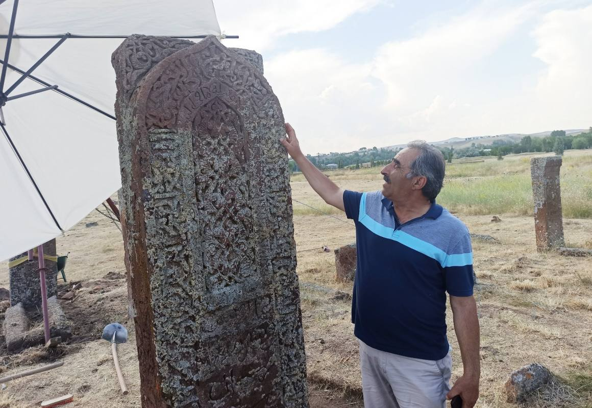 Selçuklu Meydan Mezarlığında İlhanlı dönemine ait kemerli yeni mezar taşı tespit edildi