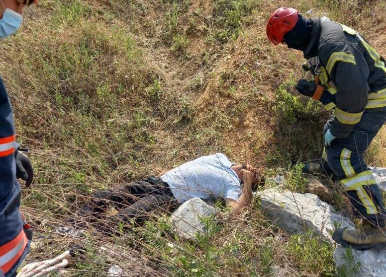 Sepetli motosikletiyle uçuruma yuvarlanan genci itfaiye kurtardı