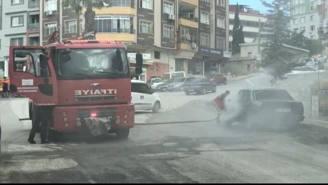 Seyir halindeki otomobil alev aldı, yangını itfaiye ekipleri söndürdü