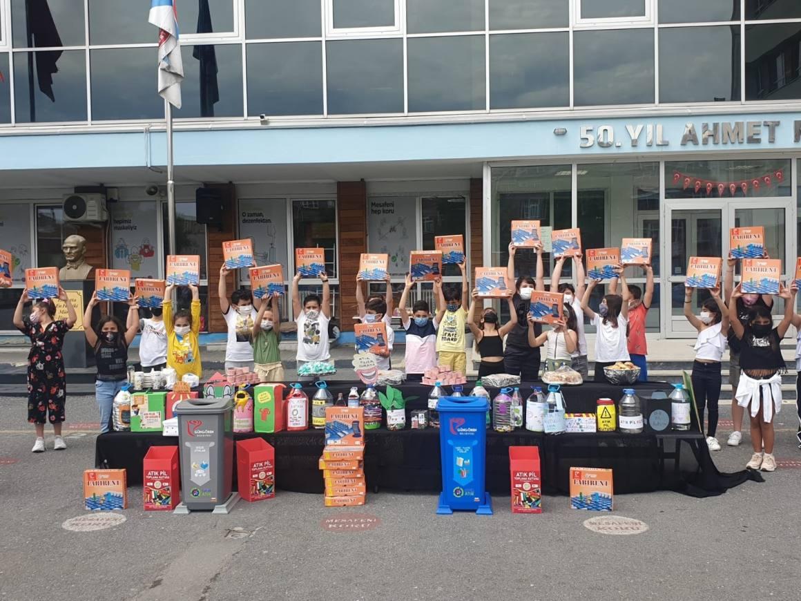Sıfır Atık Projesinde pilleri getiren öğrenciler hediyeleri kaptı