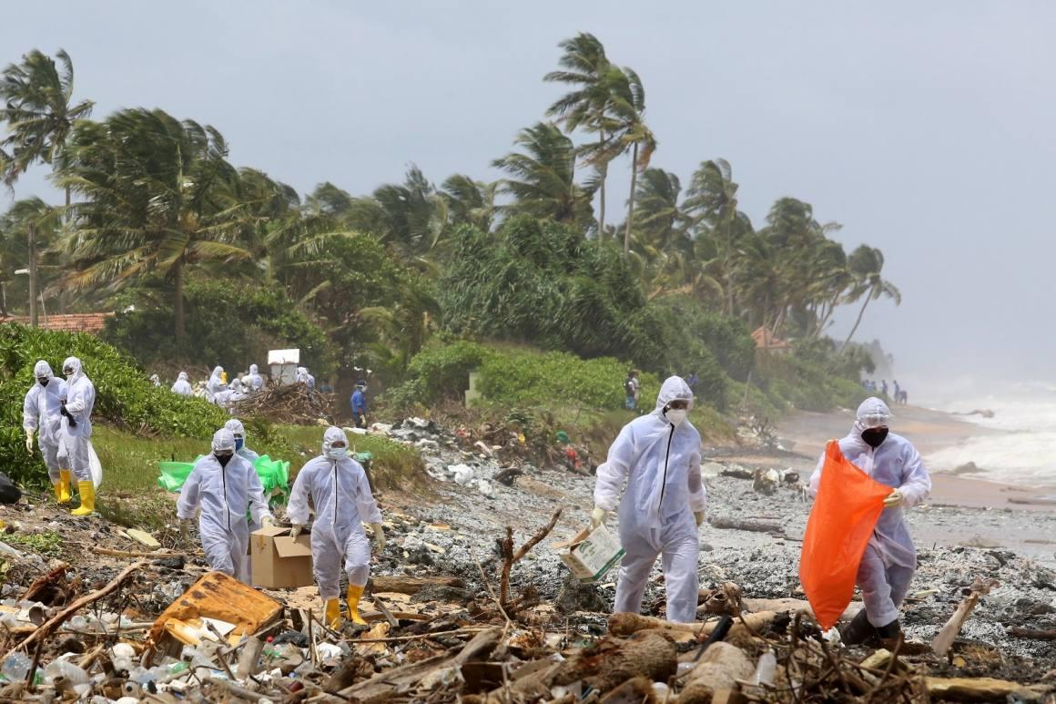 Sri Lanka'da yanan gemiden kopan parçalar sahile vurdu