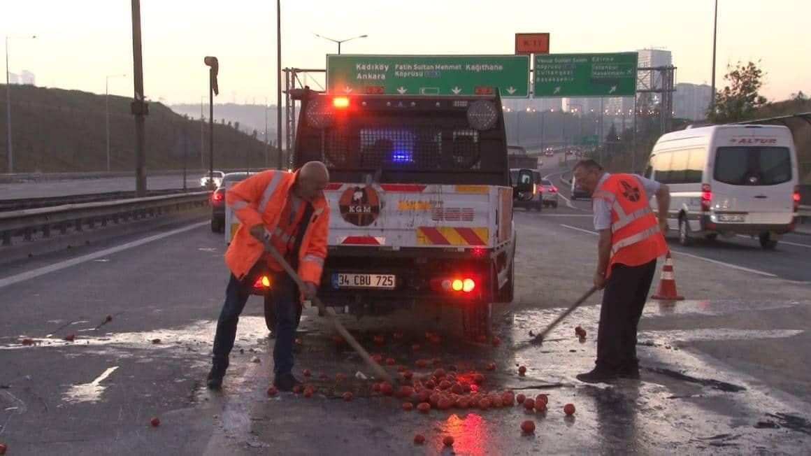 TEM Otoyolu'nda sebze yüklü kamyon devrildi: 3 yaralı