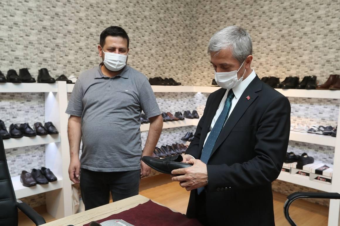 Tahmazoğlu'ndan ayakkabıcılara bin 500 TL destek