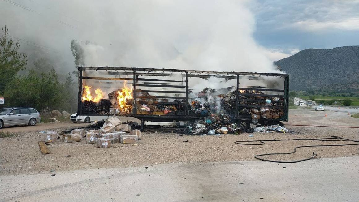 Tekstil ve kozmetik ürünleri yüklü tır yandı