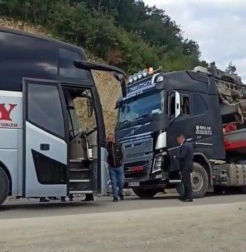 Tır ile yolcu otobüsü çarpıştı