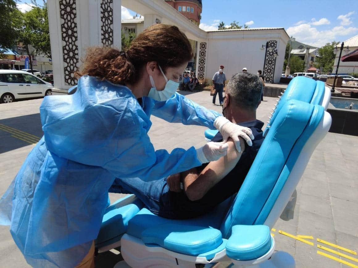Tunceli'de meydanda mobil aşı hizmeti
