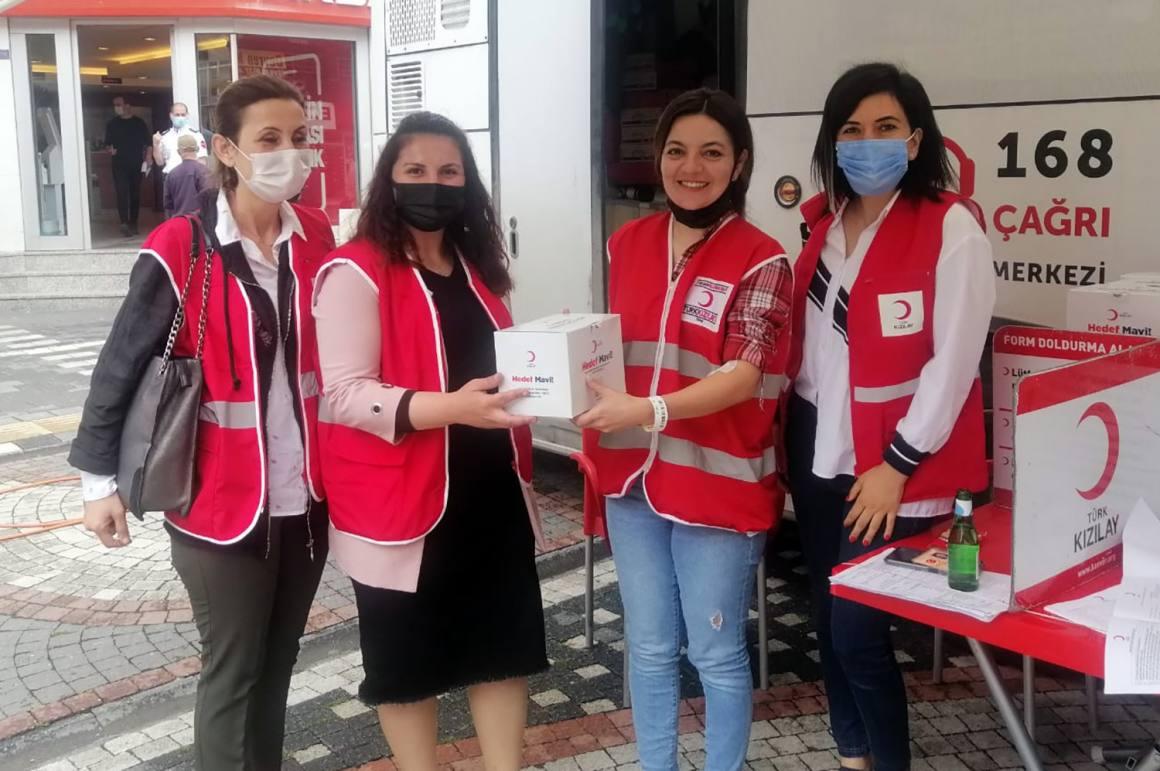 Türk Kızılay Karasu Şubesi kan bağışçılarına sağlık kiti hediye etti