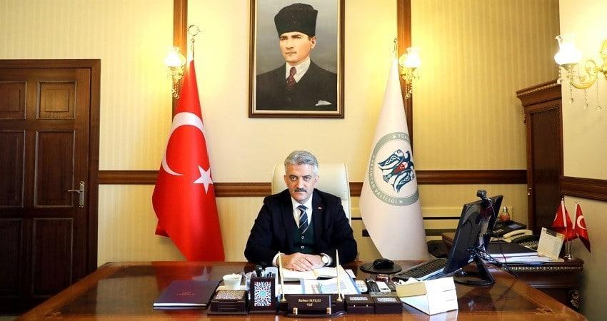 """Vali Makas: """"102 yıl önce bugün, Atatürk'ü büyük bir sevinç ve coşku ile karşılayan Erzincanlılar, her zaman birlik ve beraberlik içerisinde Atamıza destek olmuştur"""""""